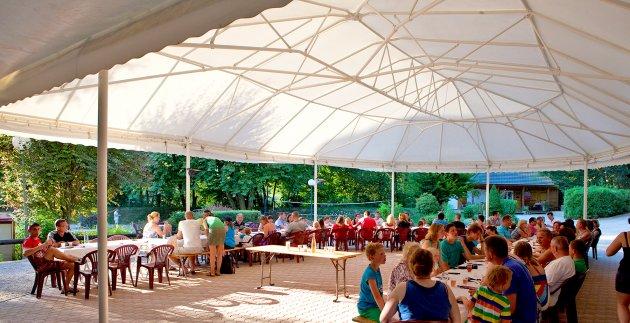 repas de famille camping les 3 lacs